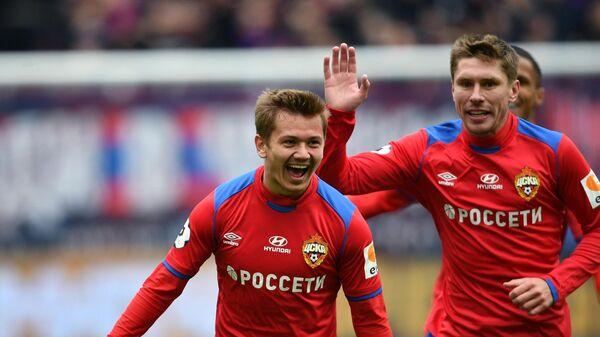 Полузащитник ЦСКА Иван Обляков (слева)
