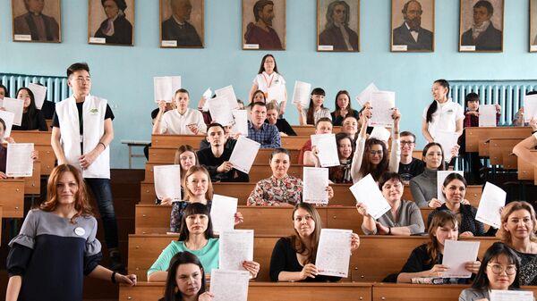 Участники ежегодной образовательной акции по проверке грамотности Тотальный диктант-2019 в Забайкальском государственном университете в Чите
