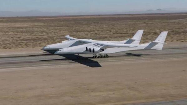 Двухфюзеляжный шестимоторный самолет, созданный компанией Stratolaunch Systems. Архивное фото