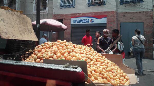 Продавцы манго на улицах Каракаса. Архивное фото