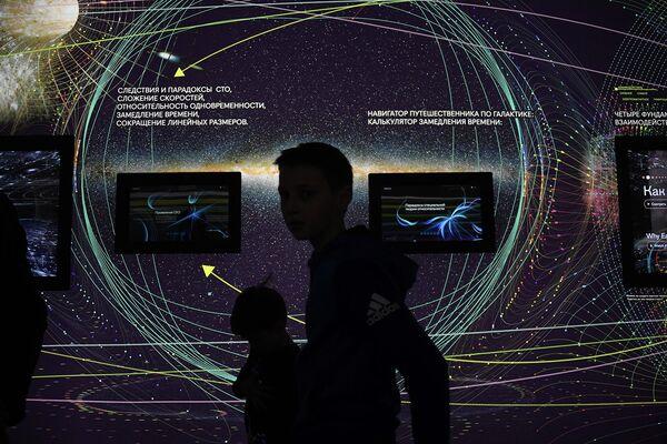 Посетители Центра Космонавтика и авиация в павильоне Космос на ВДНХ во время мероприятий, посвященных Дню космонавтики