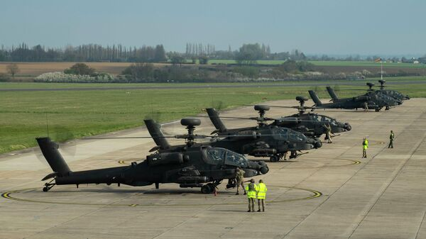 Ударные вертолеты Королевских ВВС Великобритании Apache готовятся к отправке в Эстонию на аэродроме Ваттисхэм