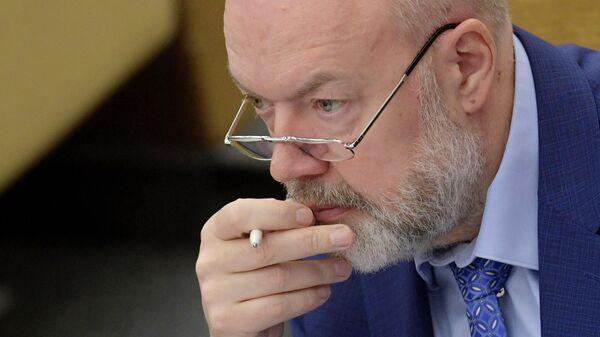 Председатель комитета ГД по государственному строительству и законодательству Павел Крашенинников на пленарном заседании Госдумы РФ