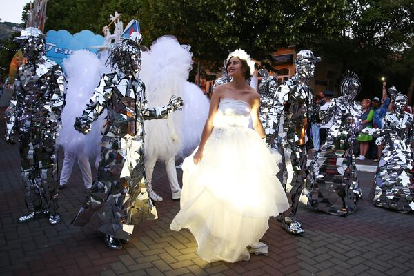 Участники карнавального шествия по улицам Геленджика в честь открытия нового курортного сезона