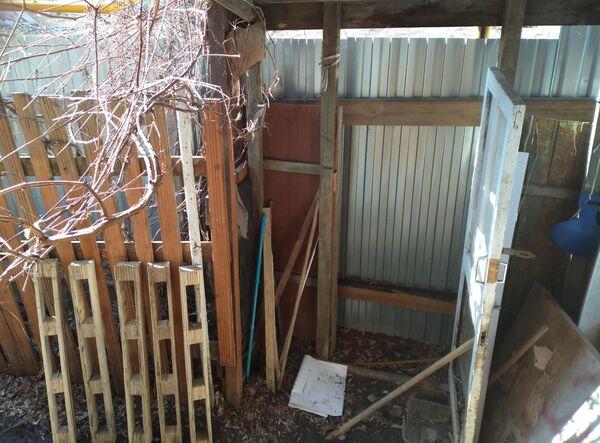 Выход из дома Симонова закрыт забором