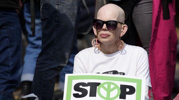 Участница акции протеста в Лондоне против загрязнения окружающей среды. Организатором протестов является экологическая организация Extinction Rebellion