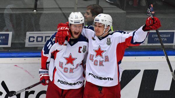 Хоккеисты ЦСКА Сергей Андронов и Павел Карнаухов (справа) радуются заброшенной шайбе