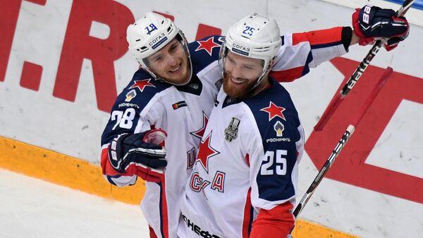 Хоккеисты ЦСКА Максим Шалунов и Михаил Григоренко (справа) радуются заброшенной шайбе