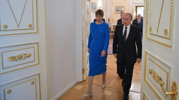 Президент РФ Владимир Путин и президент Эстонии Керсти Кальюлайд во время прощания после российско-эстонских переговоров