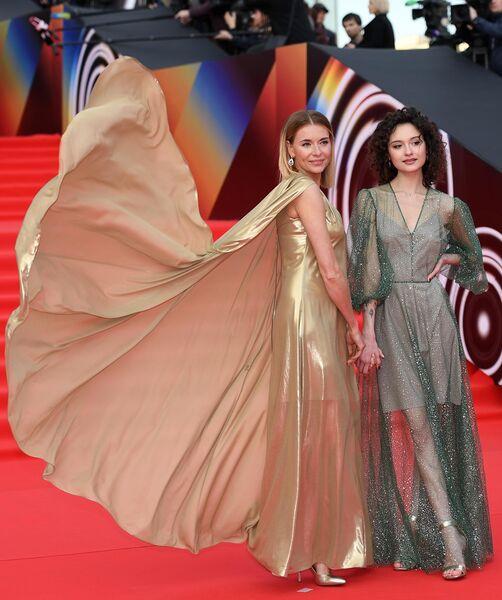Актриса Любовь Толкалина с дочерью Марией на открытии 41-го Московского Международного кинофестиваля (ММКФ)