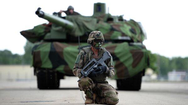 Военнослужащий армии Франции на фоне танка Leclerc (Леклерк)