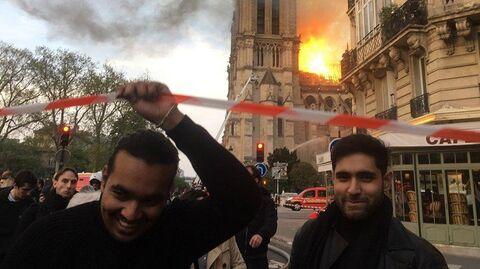 Люди у собора Парижской Богоматери, где случился пожар