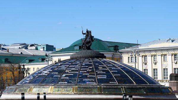Фонтан Часы Мира на Манежной площади в Москве