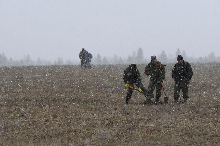 Участники поискового отряда КитежЪ копают яму