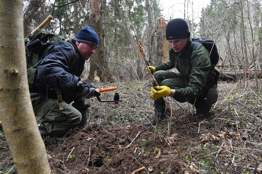 Поисковики во время раскопок
