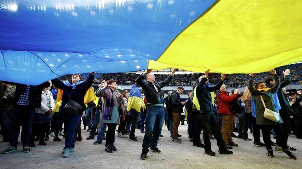Зрители на стадионе Олимпийский в Киеве, где пройдут предвыборные дебаты кандидатов в президенты Украины Петра Порошенко и Владимира Зеленского. 19 апреля 2019