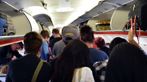 Пассажиры ждут разрешения на выход из самолета