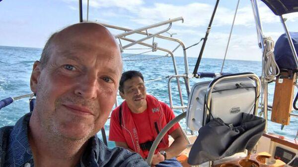 Дуглас Смит и Мицухиро Ивамото на яхте Dream Weaver