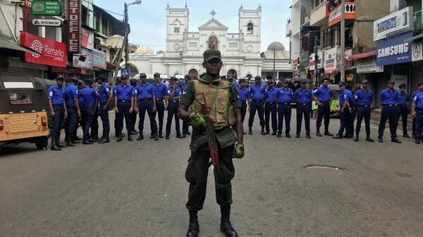 Военные неподалеку от места взрыва в церкви в Коломбо, Шри-Ланка. 21 апреля 2019