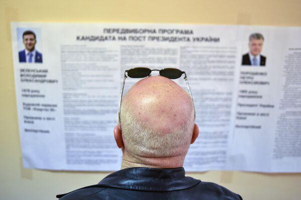 Голосование во втором туре президентских выборов на избирательном участке в Киеве, Украина. 21 апреля 2019