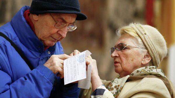 Избиратели во время голосования во втором туре президентских выборов на избирательном участке в Киеве, Украина. 21 апреля 2019