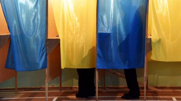 Жители Львова во время голосования на одном из избирательных участков города в день второго тура выборов президента Украины