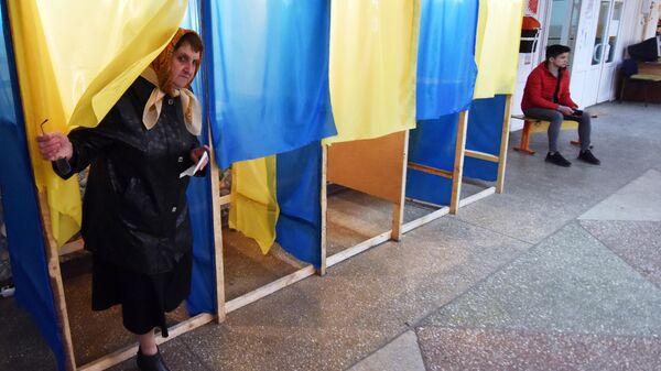 Жительница Львова во время голосования на одном из избирательных участков города
