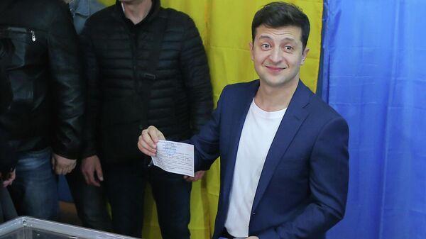 Кандидат в президенты от партии Слуга народа Владимир Зеленский во время голосования на одном из избирательных участков Киева в день второго тура выборов президента Украины