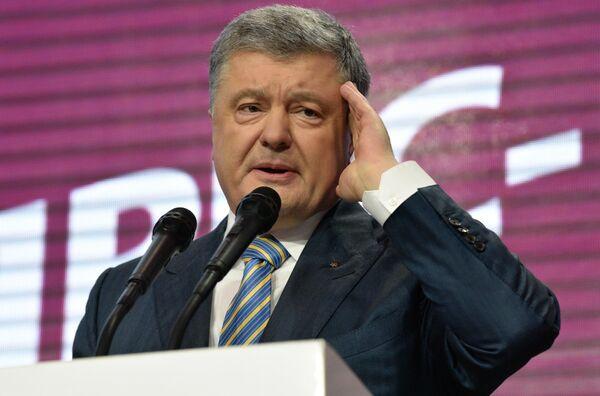 Действующий президент Украины Петр Порошенко в собственном штабе во время объявления первых итогов голосования второго тура выборов президента Украины