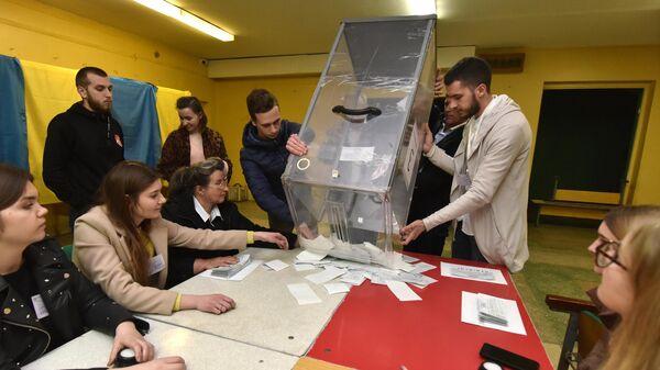 Члены избирательной комиссии во время подсчета голосов после закрытия избирательного участка во Львове