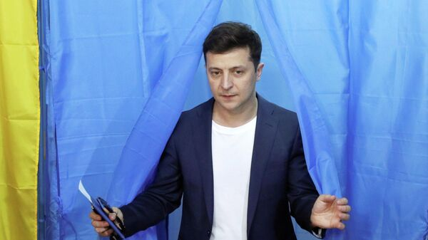 Владимир Зеленский во время голосования на избирательном участке в день второго тура выборов президента Украины