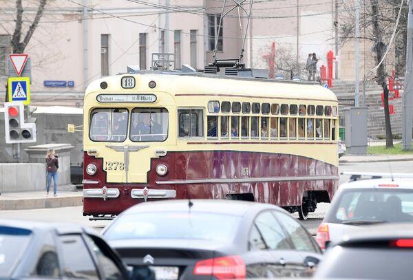 Старинный трамвайный вагон учавствует в торжественном параде трамваев разных времен. Московский трамвай празднует 120-летний юбилей запуска трамвайного движения в столице