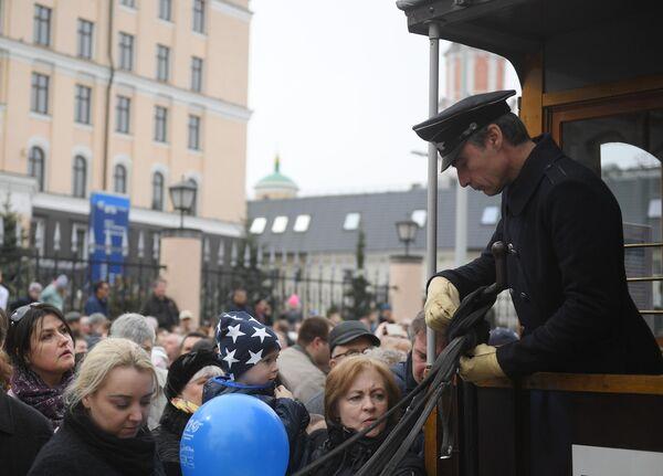Вагоновожатый Конки (трамвая на лошадиной тяге) во время торжественного парада трамваев разных времен