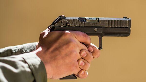 Пистолет Удав в руках стрелка. Архивное фото