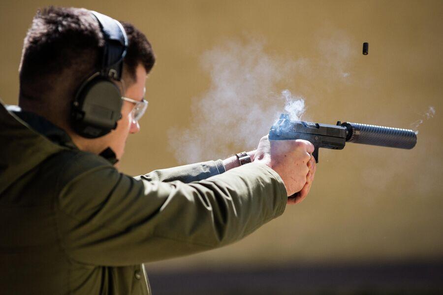 Стрельба из специальной версии пистолета Удав с прибором бесшумной стрельбы