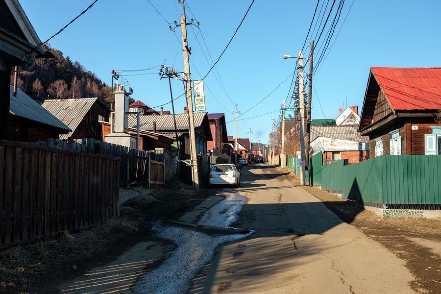 Улица Листвянки. В сезон здесь паркуются по несколько туристических автобусов
