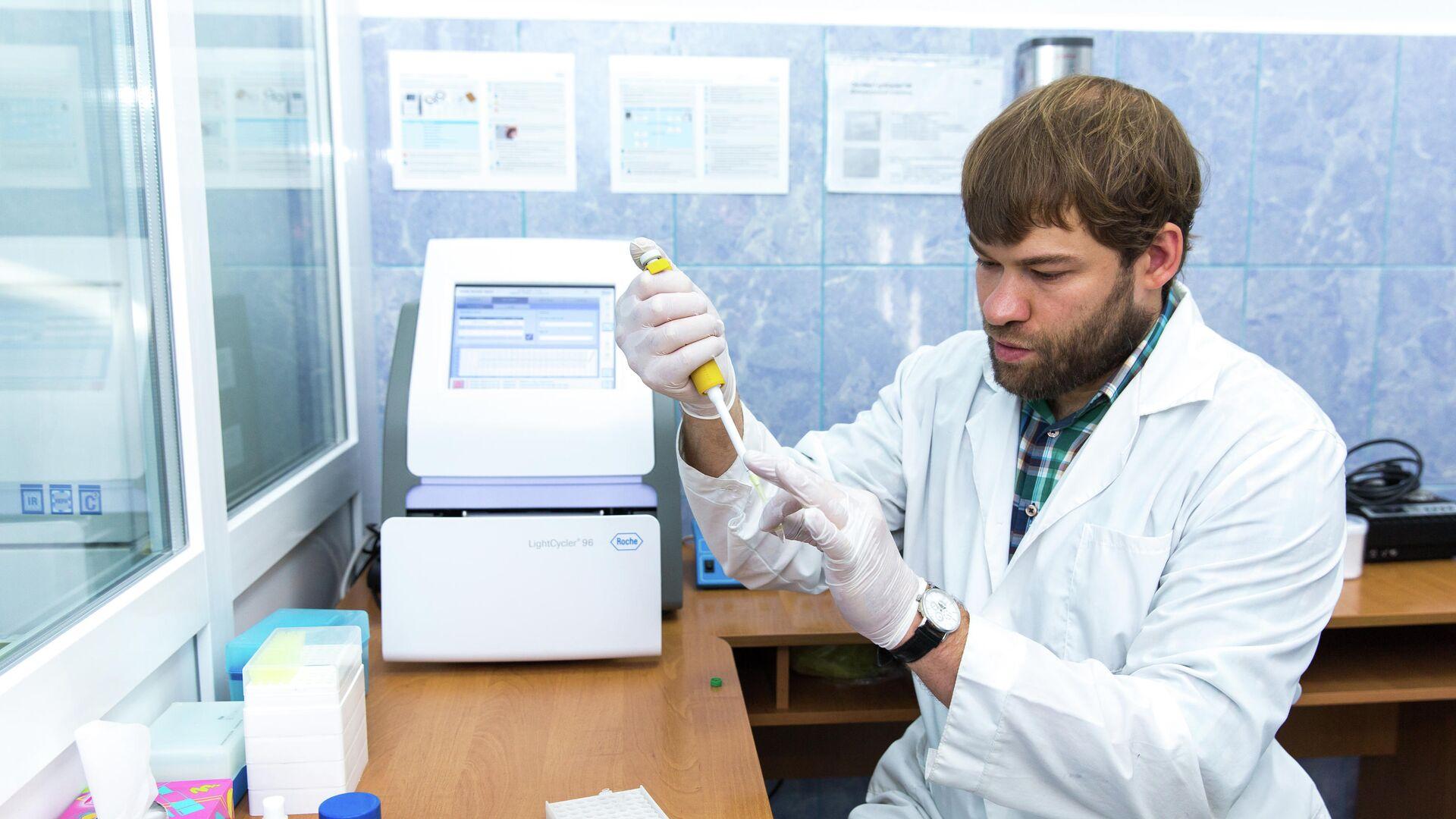 Владимир Оберемок проводит исследования по созданию oligoRIBO-11-инсектицида - РИА Новости, 1920, 23.12.2020