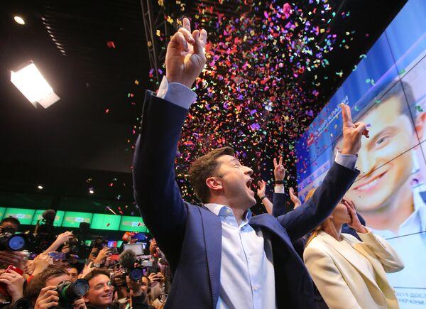 Кандидат в президенты от партии Слуга народа Владимир Зеленский во время объявления первых итогов голосования второго тура выборов президента Украины