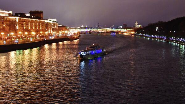 Туристический теплоход на Москве-реке