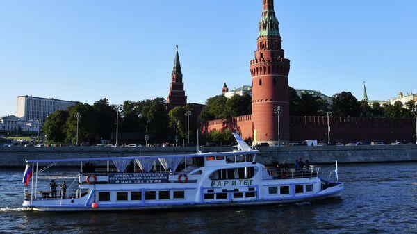 Пассажирский прогулочный теплоход на Москве-реке