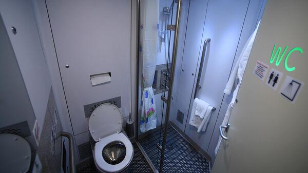 Душевая кабина в туалетной комнате нового одноэтажного купейного вагона дальнего следования на Рижском вокзале в Москве