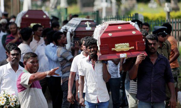 Похороны жертв взрывов в Коломбо, Шри-Ланка. 23 апреля 2019