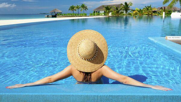 Женщина отдыхает в бассейне