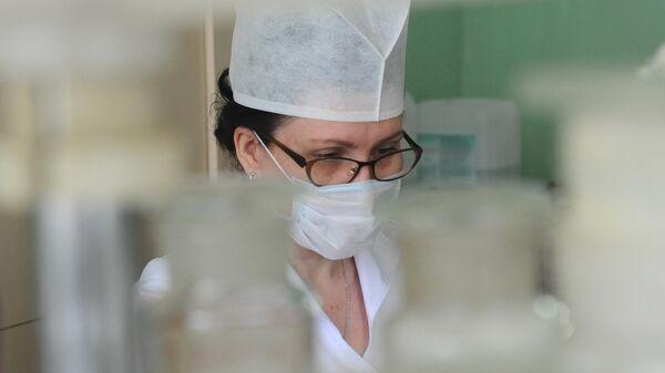 Фармацевт-ассистент изготавливает лекарственные формы в Тамбовской областной детской клинической больнице