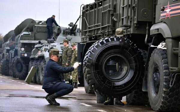 Военнослужащие готовят технику, доставленную в Москву с полигона Алабино, к параду Победы на Красной площади 9 мая