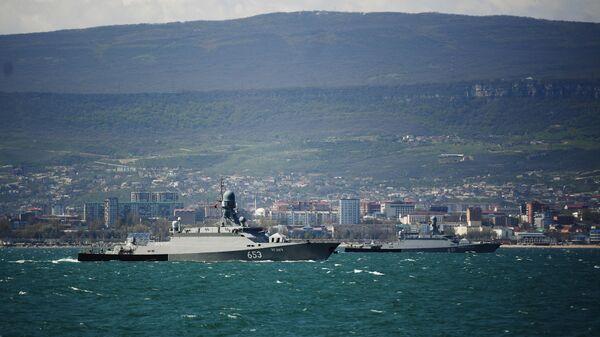 Малые ракетные корабли проекта 21623 Углич (слева) и Великий Устюг на учениях корабельных ударных групп Каспийской флотилии ВМФ России