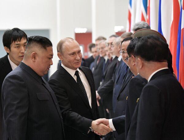 Президент РФ Владимир Путин и председатель Госсовета Корейской Народно-Демократической Республики Ким Чен Ын (слева на первом плане) во время официальной церемонии встречи