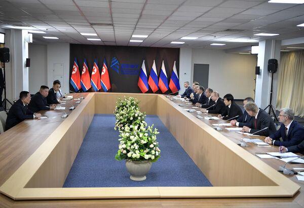 Президент РФ Владимир Путин и председатель Госсовета Корейской Народно-Демократической Республики Ким Чен Ын (второй слева) во время российско-корейских переговоров в широком составе