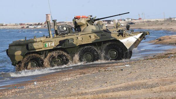 Бронетранспортер БТР-82А во время учений подразделений морской пехоты по удержанию участка морского побережья при поддержке армейской авиации на полигоне Скорпион