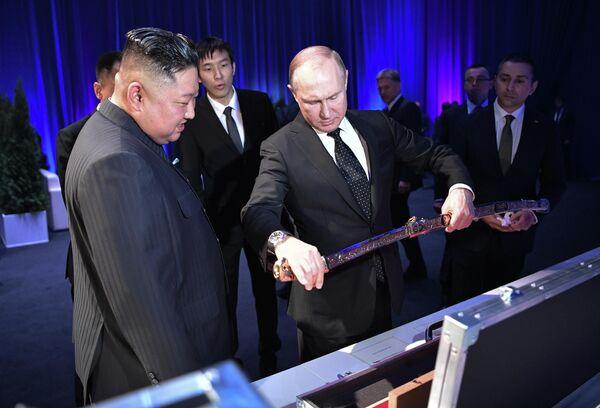 Лидер КНДР Ким Чен Ын подарил президенту России Владимиру Путину корейский меч